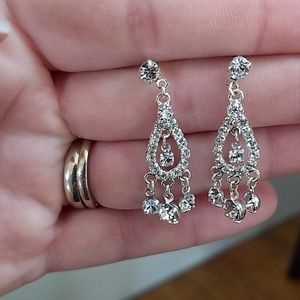 Jewelry - Dangling sparkly earrings